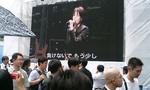会場前の大スクリーンではライブ映像.jpg
